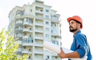 Trabajador realizando la inspección técnica de edificios en una parcela