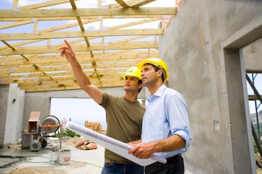 Dos personas realizando una inspección técnica de edificios